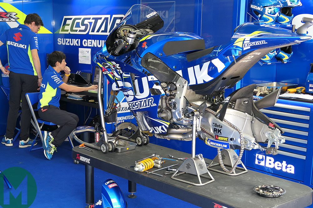 Suzuki MotoGP in garage, Mat Oxley photo